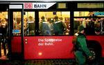 Mit Linienbussen werden bayerische Polizisten zur Räumung d3er Straße vor dem Süsflügel des Stuttgarter Bahnhofs gefahren.  Foto: Jo E. Röttgers