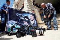 Beerdigung von Ali Shaaban. Der Kameramann des libanesischen Senders Al-Jadeed starb durch syrische Soldaten, die auf den Wagens seines Teams auf der libanesischen Seite schossen. Vor seinem Foto legen Kollegen ihre Kameras nieder. Foto: Reuters/Ali Hashisho