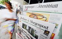 """Noch gehören sie zu Springer: """"Hamburger Abendblatt"""" und """"Berliner Morgenpost"""" vor einem Hamburger Kiosk. Foto: Marcus Brandt / dpa"""