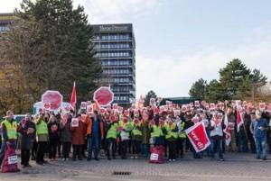 Beschäftigte der Hannoverschen Allgemeinen und der Neuen Presse forderten am Sitz der Verlagsgesellschaft Madsack in Hannover ein sozialverträgliches Zukunftskonzept ohne Kündigungen und mit Tariflöhnen Foto: Marta Krajinovic