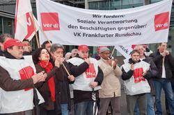 Beschäftigte der Frankfurter Rundschau und ihre Familien demonstrieren im Dezember in Köln vor der Konzernzentrale der Mediengruppe M. DuMont Schauberg für ihre Arbeitsplätze im Druck- und Verlagshaus Frankfurt. Foto: Jürgen Seidel