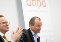 Ulrich Ende (r), der neue Geschäftsführer von dpad Nachrichten, mit Insolvenzverwalter Christian Köhler-Ma.  Foto: dpa / Kay Nietfeld
