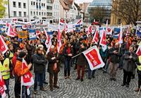 500 Beschäftigte aus Baden- Württemberg und Bayern kamen zu einer eintägigen Steikaktion in Ulm zusammen Foto: Joachim E. Roettgers / Graffiti