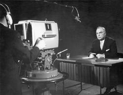 ZDF-Gründungsintendant Professor Karl Holzamer spricht am 01. April 1963 bei der Eröffnung des bundesweiten Programms in Eschborn zu den Zuschauern. Foto: dpa / Koll