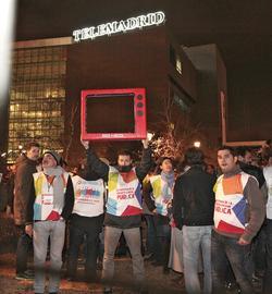 Mitarbeiter von Telemadrid protestieren vor der Zentrale des öffentlich-rechtlichen Senders in Pozuelo de Alarcon. Foto: dpa / Lberto Marti