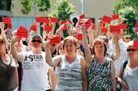 """Unter dem Motto """"Rote Karte für Sozial-Foul"""" protestierten 2012 gut 400 Beschäftigte des Madsack-Konzerns. Foto: Chr. v. Polentz / transitfoto.de"""