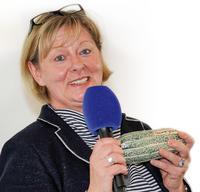 """Claudia Müller, Gleichstellungsbeauftragte des MDR, nimmt die """"Saure Gurke"""" stellvertretend für das Tatort-Team in Empfang Foto: DLR / Bettina Straub"""
