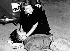 Das Henschel-Foto ging um die Welt: Der niedergeschossene Benno Ohnesorg mit Friederike Hausmann (damals F. Dollinger) Foto: Jürgen Henschel
