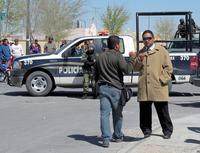 Recherchieren unter dem Blick der Polizei -Reporter bei der arbeit in einem Mordfall in Ciudad Juàrez (Mexiko) Foto: Knut Henkel
