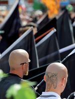 """Rechtsradikale Gewalt, Hintergrund und Gegenwehr. Dokumentiert undanalysiert im NDR-Projekt """"Der Norden schaut hin - Die rechte Szene4 in Norddeutschland"""" Foto: Bernd von Jutrczenka/dpa"""