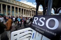 Am 9. Juni 2012 spielte das Radio-Sinfonieorchester ein öffentliches Protestkonzert gegen die geplanten Sparmaßnahmen des SWR vor dem Königsbau in Stuttgart. Foto: Jan-Philipp Strobel / dpa