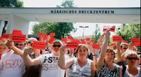 Demonstration gegen die Entlassung von 41 Kollegen der MAZ in Potsdam Foto: Christian von Polentz