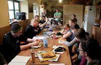 Mitglieder der Redaktionen des heuler, des moritz und der Grünen Wiese bei einem studentischen Medientreffen während der gemeinsamen Blattkritik Foto: Simon Voigt