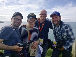 Die Attenzione-Fotografen Mark Mühlhaus, Roland Geisheimer und Janko Woltersmann mit einem D-Day Veteran in der Normandy 2014. Foto: privat