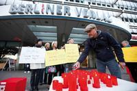 Proteste vor dem Verlagshaus am Berliner Alexanderplatz gegen die Kündigung des Haustarifvertrags. Foto: Christian von Polentz / transitfoto.de