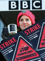 Streikposten vor der Niederlassung der BBC in Glasgow. Foto: PA / Andrew Milligan
