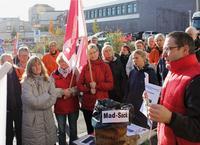 Die Rostocker gingen am bundesweiten Madsack- Aktionstag auf die Straße und demonstrierten am 25. November vor dem Pressehaus der Ostsee-Zeitung Foto: Herbert Steinfort