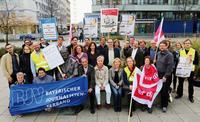 Protestbesuch bei dem in Bronze gegossenen Altbundeskanzler und Journalisten Willy Brandt (vorn, Dritter von links). Foto: Roland Fengler