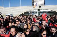 29. November 2013: Angestellte des öffentlich- rechtlichen Rundfunks Television Valenciana (RTVV) verlassen das Hauptgebäude des Senders. Foto: Reuters / Joaquin Pastrana