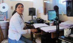 Radiomacherin Laura Peña Villareal im Studio bei der Arbeit – seit 22 Monaten ist die studierte Journalistin bei Cepra dabei. Foto: Knut Henkel