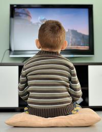 Ich sehe was, was ich nicht sehen sollte: Auch im Fernsehen heiligt die Quote manchmal die (unpassende) Sendezeit. Foto: fotolia / Patric Martel