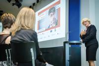 Kulturstaatsministerin Monika Grütters spricht zu den Preisträgern des Schülerwettbewerbs Foto: Bundespresseamt