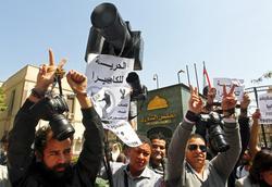 Ägyptische Fotojournalisten protestieren am 19. März in Kairo gegen die zunehmenden Übergriffe auf Medienvertreter. Foto: picture alliance/AP/Khaled Elfiqi