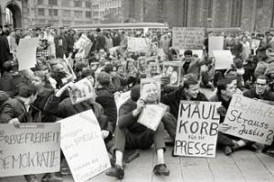 Gegen die Verhaftung von Spiegel-Redakteuren demonstriert am 30. Oktober 1962 eine Gruppe von Studenten vor der Frankfurter Hauptwache mit einem Sitzstreik. Ein maßloses Vorgehen gegen investigative Journalisten führte vor 50 Jahren zur Spiegel-Affäre. Foto: Heinz-Jürgen Göttert / dpa Bildfunk