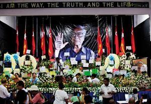 Yangon, Myanmar: Menschen legen Blumen auf der offiziellen Gedenkfeier von Win Tin nieder Foto: dpa / Bildfunk / EPA / Lynn Bo Bo