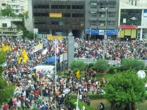 Protestdemonstration gegen die Schließung des ERT vor dem Gebäude des Senders in Athen im Juni 2013 Foto: Eva Völpel