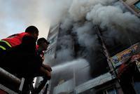 Palästinensische Feuerwehrleute löschen das Feuer nach dem israelischen Luftangriff auf den Medienturm in Gaza Foto: Suhaib Salem / Reuters