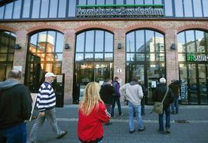 Frankfurt am Main: Mitarbeiter der Frankfurter Rundschau auf dem Weg in die Redaktion. Foto: Frank Rumpenhorst / dpa