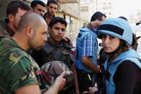 Journalisten im Gespräch mit Soldaten der Regierungstruppen in Homs Foto: Olaf Wyludda