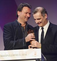 """Kameramann Stefan Nowak überreicht Schauspieler Heinrich Schafmeister den Preis für seinen """"extrastarken"""" Einsatz  Foto: Martin Becker"""