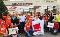 Beschäftigte der Nord- Redaktionen zeigten auch am Verhandlungstag in Hamburg Flagge Foto: Herbert Steinfort