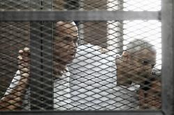 Peter Greste (links), Australier, und ehemaliger BBC Korrespondent, Mohamed Fahmy, kanadischer Journalist (Mitte) und Baher Mohamed, Ägypter (rechts) Foto: picture alliance / Khaled Elfiqi