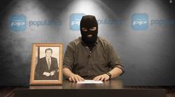 """Facu Diaz in seinem Satire-Video, in dem er die Volkspartei (PP) mit der Terrororganisation ETA verglich und ein Ende ihrer """"bewaffneten Aktivitäten und Lieferung von Waffen"""" ankündigte. Screenshot: youtube.com/watch?v=eE1VB1mI-ro"""