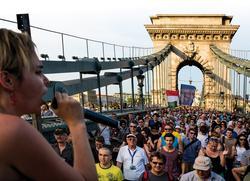 """""""Einer der größten Internetanbieter im Land will keinen kritischen Online-Journalismus"""", ruft Aktivistin Réka Kinga Papp, die den Protest in Budapest mit organisierte. Foto: László Mudra"""