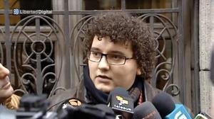 """Beim Verlassen des Gerichts, sagte Facu Diaz, dass er seine """"Solidarität"""" mit den Opfern zum Ausdruck bringen wollte, und versichert, dass er nie jemanden """"demütigen"""" wollte. Foto: Screenshot: youtube.com/watch?v=gh5NMp6ly7g6ly7g"""