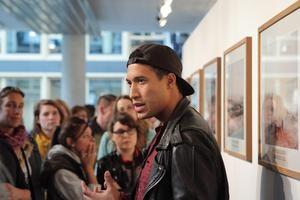 Der amerikanische Fotograf Mustafah Abdulaziz führt durch seine Ausstellung Foto: Felix Koltermann