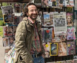 Nikolaj Stojanow, Finanzjournalist bei der Wochenzeitschrift Kapital, an einem Kiosk für Zeitungen und Zeitschriften in Sofia. Foto: Dagmar Gester