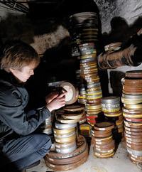 """Fachgerechte Archivierung sieht anders aus – tausende Filmdosen lagerten in den Kreuzberger Kellern der """"Höfe am Osthafen"""" Foto: Jürgen Heinrich"""