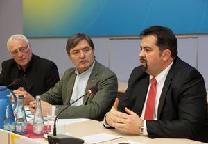 Ulrich Janßen, Heinrich Bleicher-Nagelsmann, Aiman Mazyek (v.l.n.r.) diskutieren mit Künstlern im ver.di-Haus Foto: Ludwig Rauch