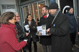 Die geladenen Gäste wünschen den ZEIT-Onliner viel Erfolg auf ihrem Weg zu einem einheitlichen Tarifvertrag Foto: Mathias Thurm
