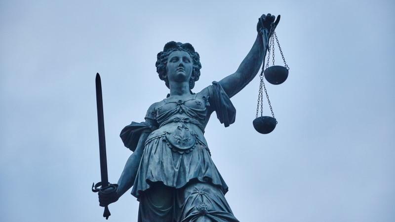 Die Justitia auf dem Römerberg in Frankfurt am Main Foto: Hermann Haubrich