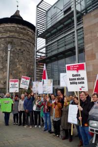 dju-Aktive unterstützen am 19. April 2016 in Nürnberg die TarifverhandlerInnen in Berlin. Foto: Heinz Wraneschitz/ bildtext.de