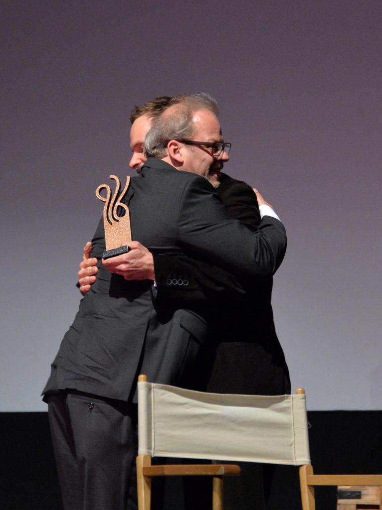 """Laudator Wanja Mues (rechts) überreicht Martin Küster den ver.di-Preis """"Starker Einsatz"""" auf dem Deutschen Schauspielerpreis 2016Foto: Eva Oertwig/SCHROEWIG"""