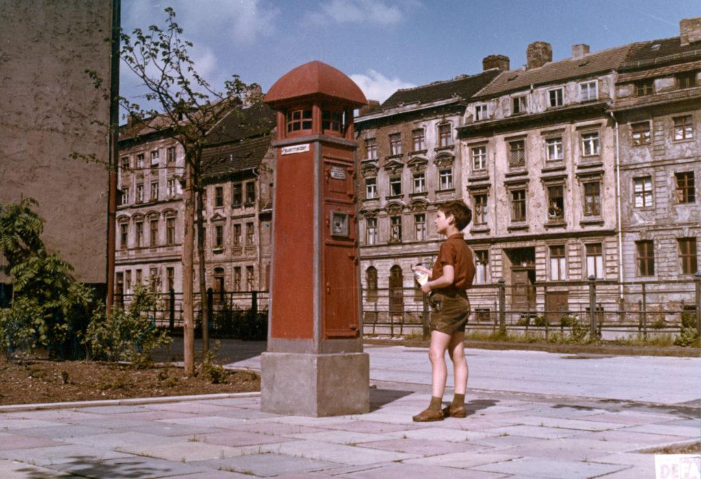 """""""Der tapfere Schulschwänzer"""" © DEFA-Stiftung, Alexander SchittkoDie historische Altbauzeile war während der Drehs für den Kinderfilm """"Der tapfere Schulschwänzer"""" 1967 sogar noch bewohnt. Wenig später regierte dort die Abrißbrine."""