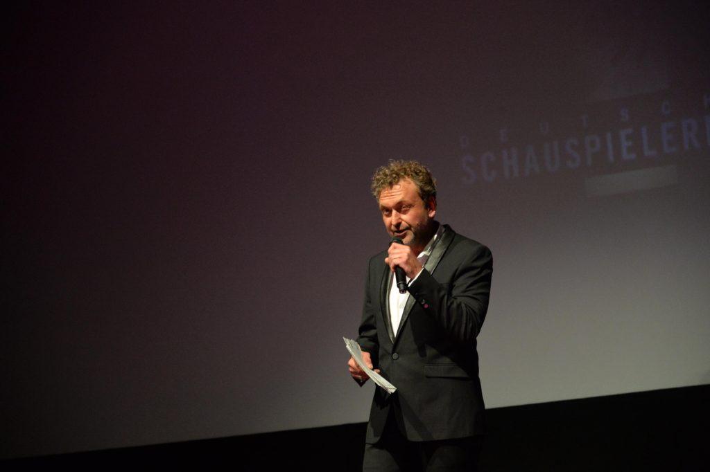 Thomas Schmuckert, Schauspieler und BFFS-Vorstandsmitglied während seiner Eröffnungsrede zum Deutschen Schauspielerpreis 2016Foto: Eva Oertwig/SCHROEWIG