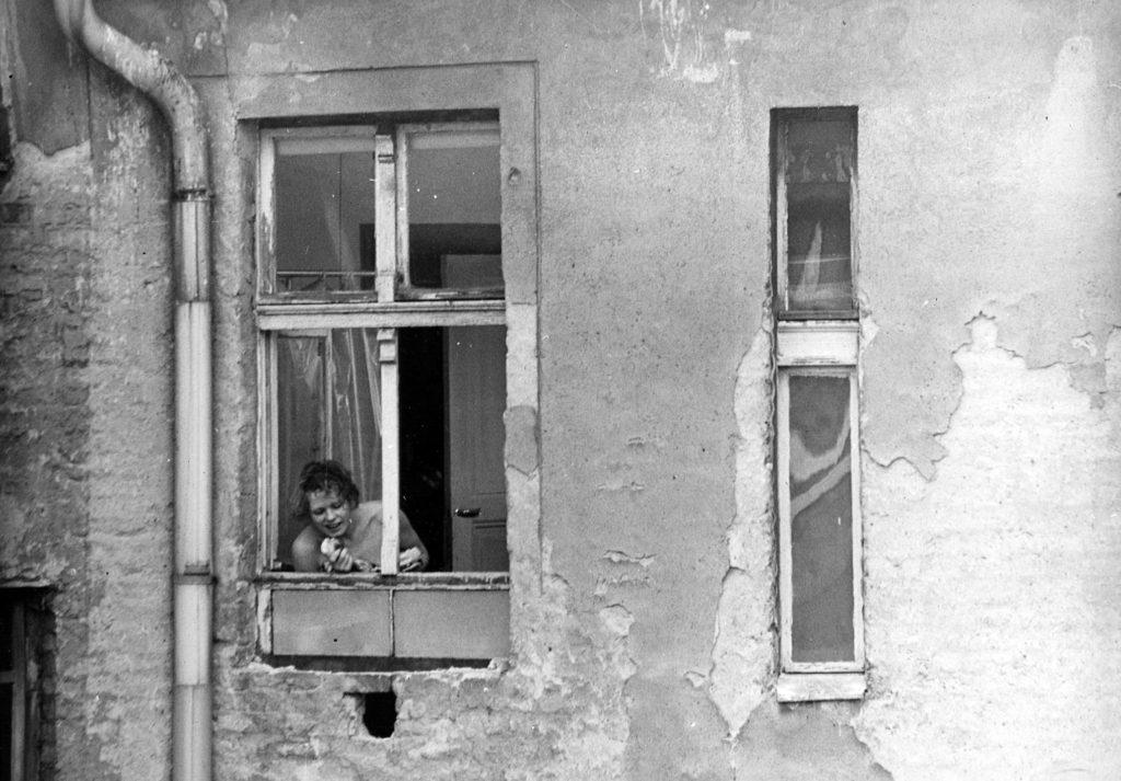"""""""Solo_Sunny"""" © DEFA-Stiftung, Dieter LückZwischen ihren Auftritten in Bars und dem Alltag im Prenzlauer Berg sucht eine Nachwuchssängerin ihren Weg. Für die Titelrolle in Konrad Wolfs """"Solo Sunny"""" bekam Renate Krößner 1980 den Silbernen Bären."""